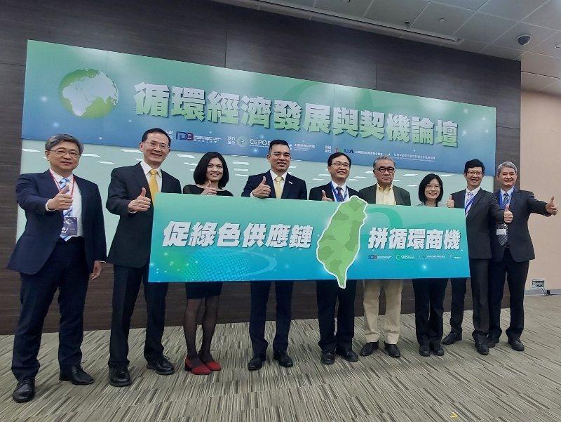 永光化學工業總經理陳偉望(左二)與面板產業上下游代表,共同在循環經濟論壇開。徐谷...
