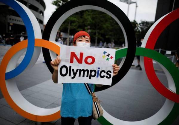 圖/民眾高舉標語,呼籲奧運不要舉辦。cgtn