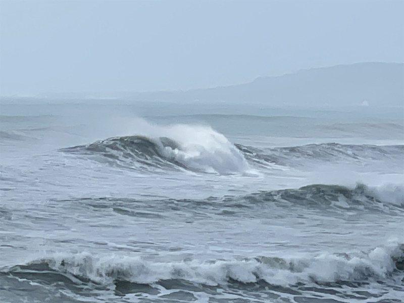 颱風舒力基外圍環流影響台灣,23日上午屏東滿州鄉佳樂水衝浪區浪高2層樓。中央社/民眾提供