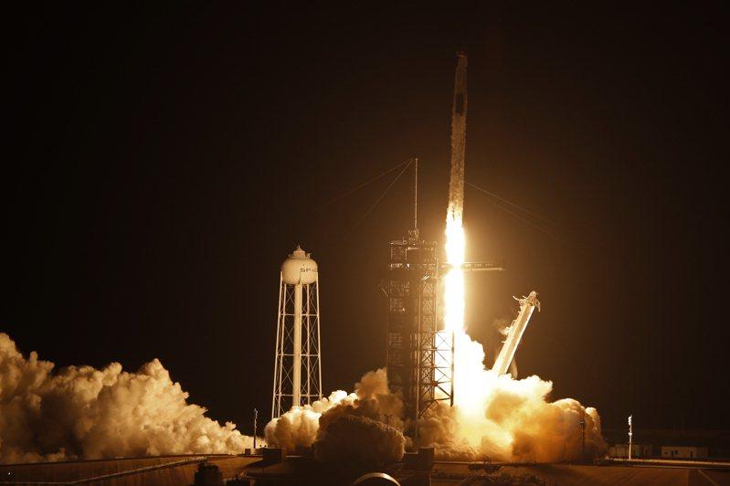 法新社報導,美東時間上午5時49分(台灣時間17時49分),執行Crew-2任務的火箭在佛州甘迺迪太空中心(Kennedy Space Center)發射。 圖/路透社