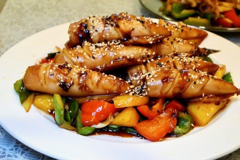 醬燒熟小卷時蔬(一),餐桌上美味佳餚。