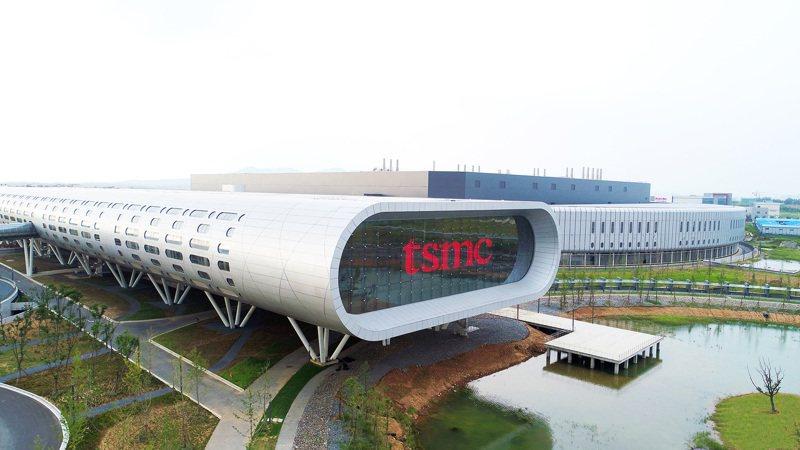 台積電昨天宣布將斥資近八百億元,用於南京廠擴產並投入二十八奈米成熟製程,以紓解全球晶片荒。圖為台積電南京廠實景。圖/台積電提供