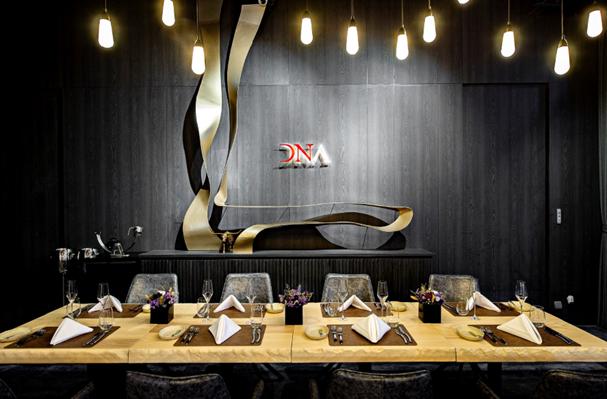DNA Spanish Restaurant餐桌皆使用美國栓木實木桌面,搭配上暖...