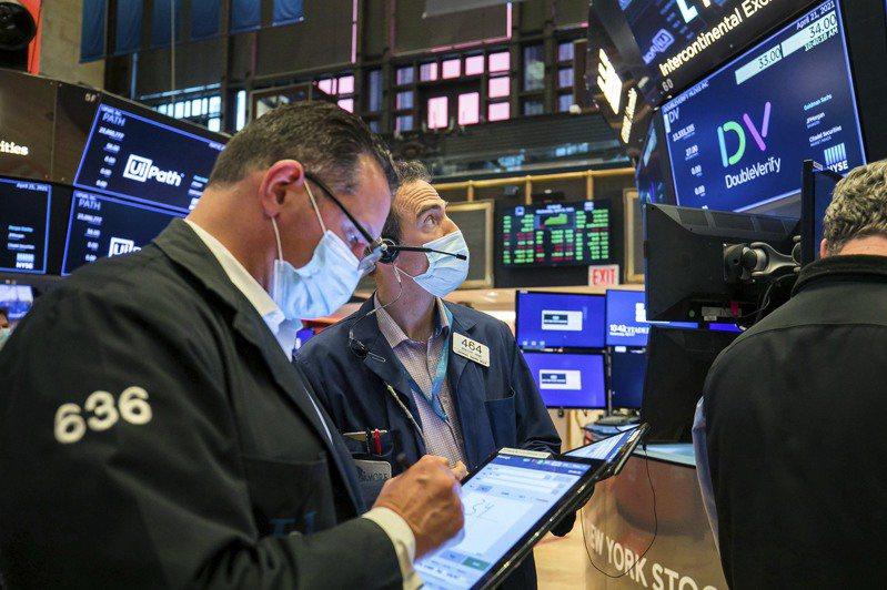 美股周四跌近1%,因有報導指出,美國總統拜登計劃把富人的資本利得稅稅率提高近一倍。美聯社