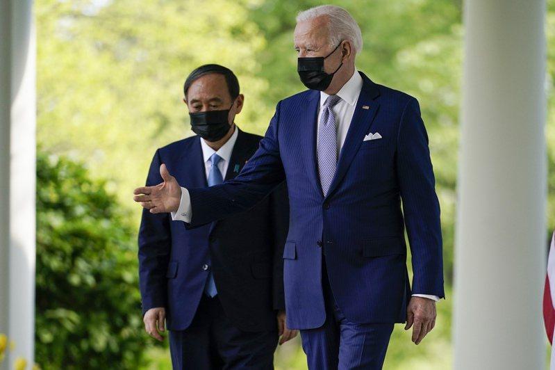 日本首相菅義偉(左)16日造訪白宮時,由美國總統拜登引導走出橢圓形辦公室,準備到玫瑰園舉行記者會。  美聯社