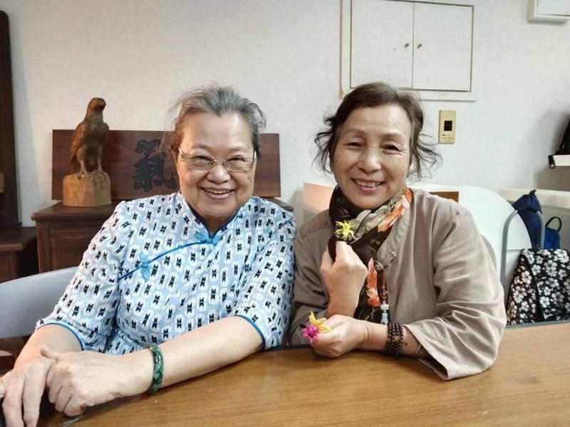 70歲的官姓學員(右),展示她親手完成的春仔花胸針。圖/三昧堂提供