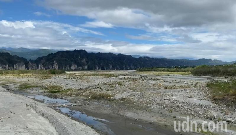今年全台水量短缺,台東中央管轄的卑南溪,水量比去年減少4成,河床可見乾涸情形。記者尤聰光/攝影