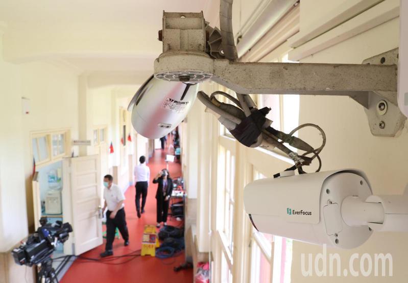 立法院在日前在各黨團門口走廊安裝監視器,遭質疑在進行政治偵防。記者林澔一/攝影
