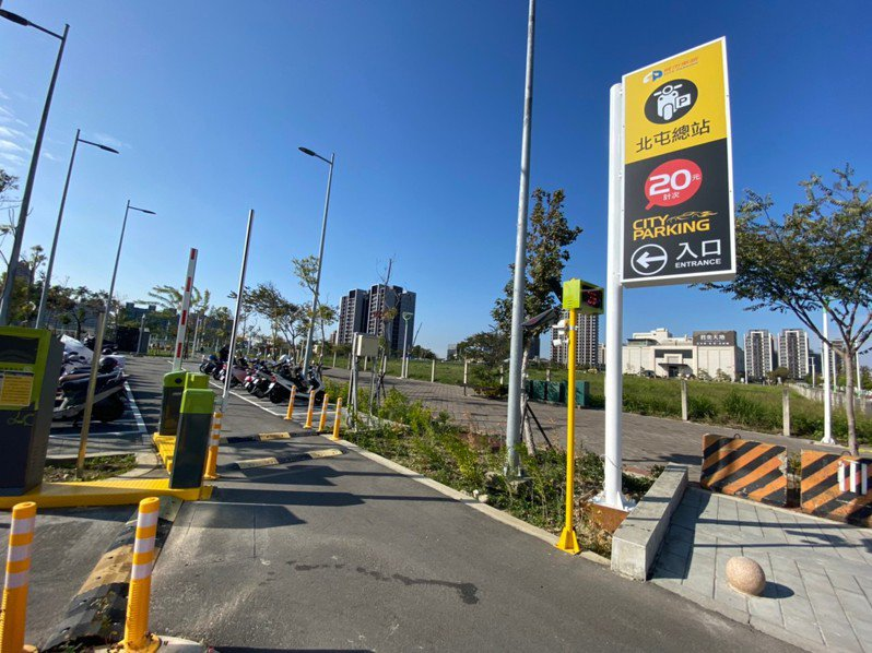 中捷公司指出,全線18站有14站附設轉乘捷運機車停車場,除了松竹站、九張犁站維持免費停車外,其餘12站機車停車場將配合通車開始收費,當日計次收費20元。圖/中捷公司提供