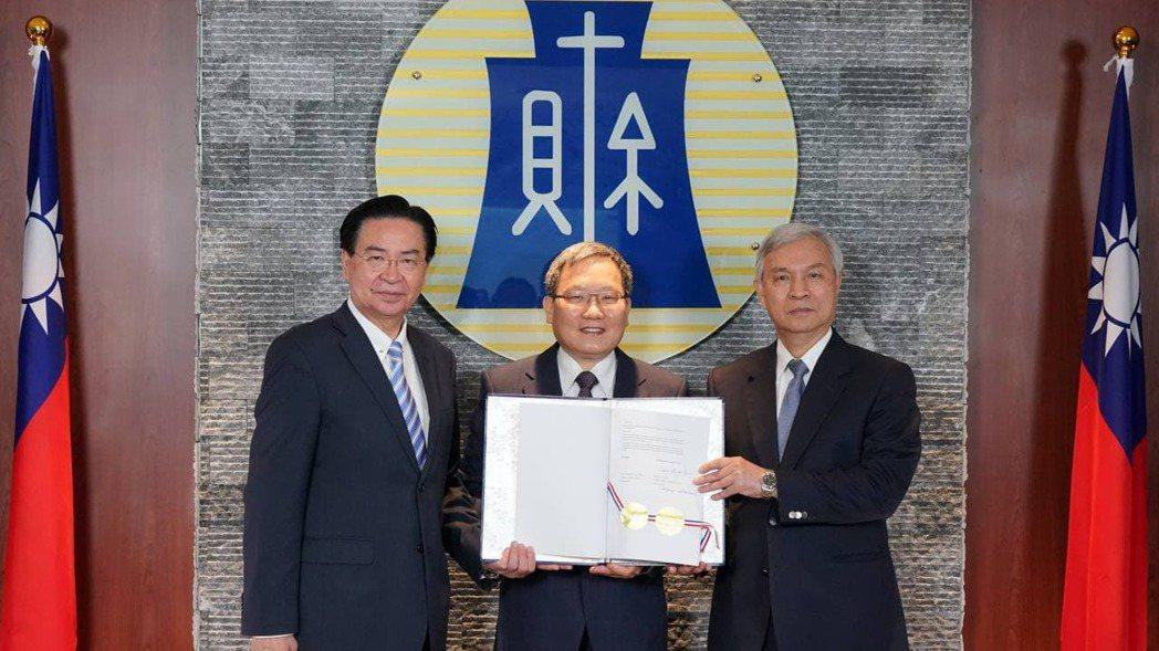外交部長吳釗燮、財政部長蘇建榮、中央銀行總裁楊金龍(左至右)出席簽署儀式。圖/外...