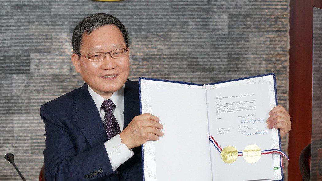 財政部長蘇建榮昨(23)日與中美洲銀行進行視訊簽約儀式。圖/財政部提供