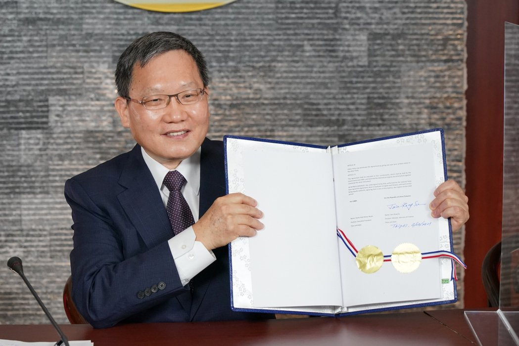 財政部長蘇建榮今(23)日與中美洲銀行進行視訊簽約儀式。圖/財政部提供