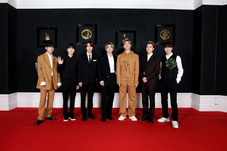 BTS就身穿路易威登2021秋冬男裝秀款系列出席今年3月份的第63屆葛萊美獎。圖...