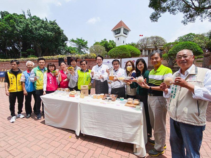 基隆市長林右昌今天率市政團隊參訪台南,與台南市長黃偉哲PK美食。記者鄭維真/攝影