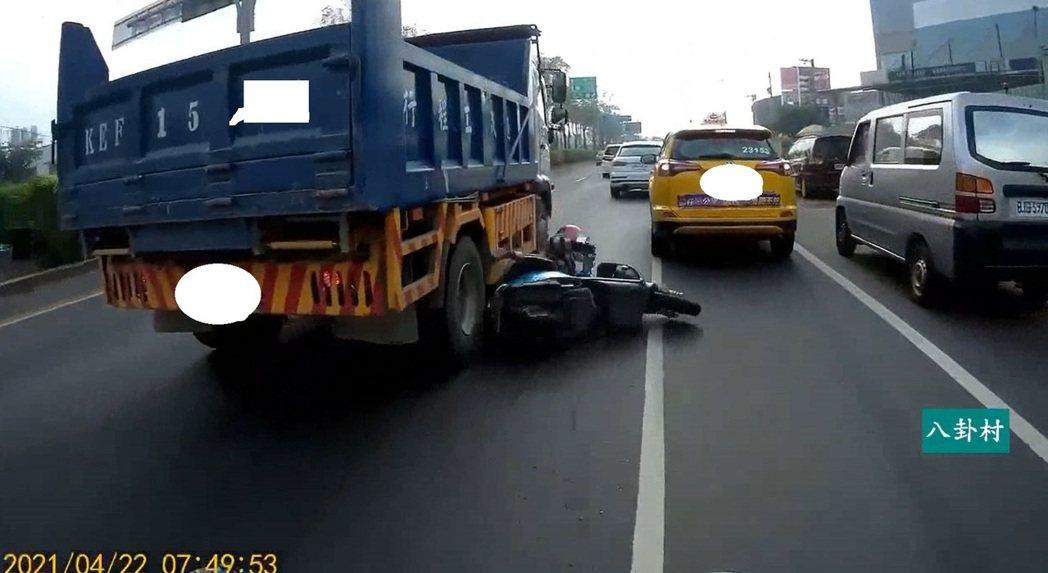 一名機車騎士疑似因為被前方一輛計程車擋道,她想從計程車左方超車,但未留意後方。此...