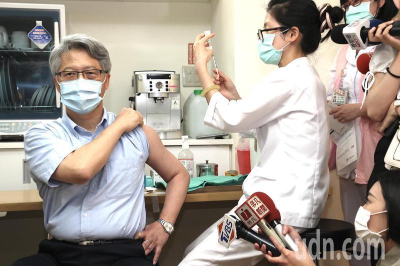 新冠肺炎疫情持續,中研院院長廖俊智到台北市立聯合醫院忠孝院區接種AZ疫苗。記者林俊良/攝影