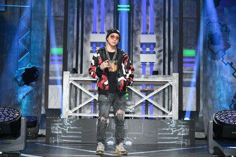 ØZI今出席嘻哈選秀節目MTV「大嘻哈時代」記者會,被問到家中外籍看護偷走葉璦菱逾120萬元,感嘆「當時滿受傷的」。不過媽媽選擇原諒並繼續信任外籍看護,他也尊重媽媽的決定,坦言家裡還是需要外傭幫忙照...