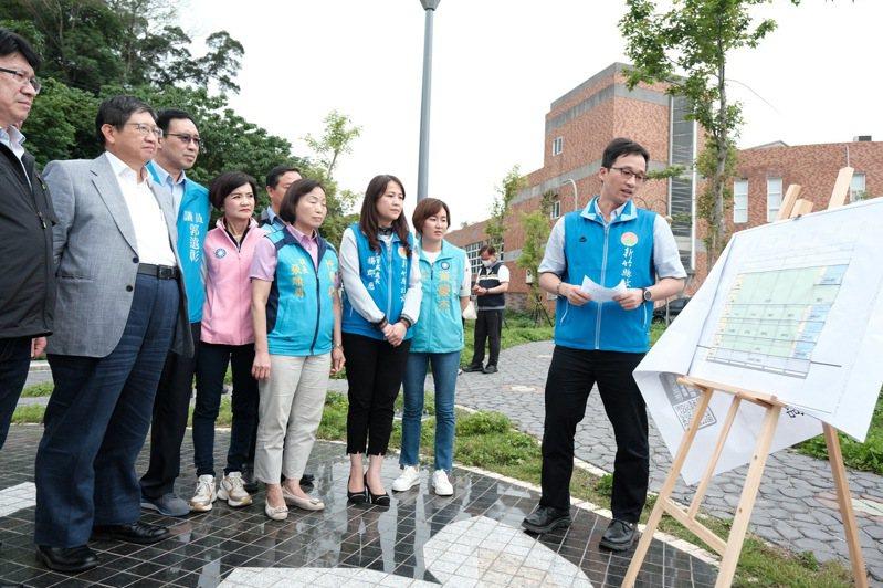 縣長楊文科與立委林思銘昨天前往竹東全民運動館預定地會勘,同時聽取簡報。圖/縣府提供