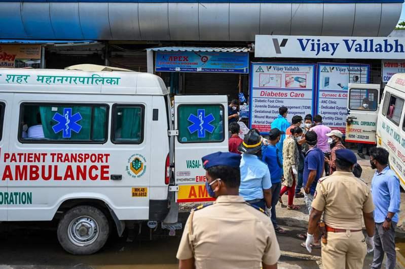 印度孟買郊區收治新冠病患的維傑瓦拉伯醫院在廿三日稍早發生火災,院方緊急將病患轉院,警方也在醫院外看守犯罪現場。(法新社)