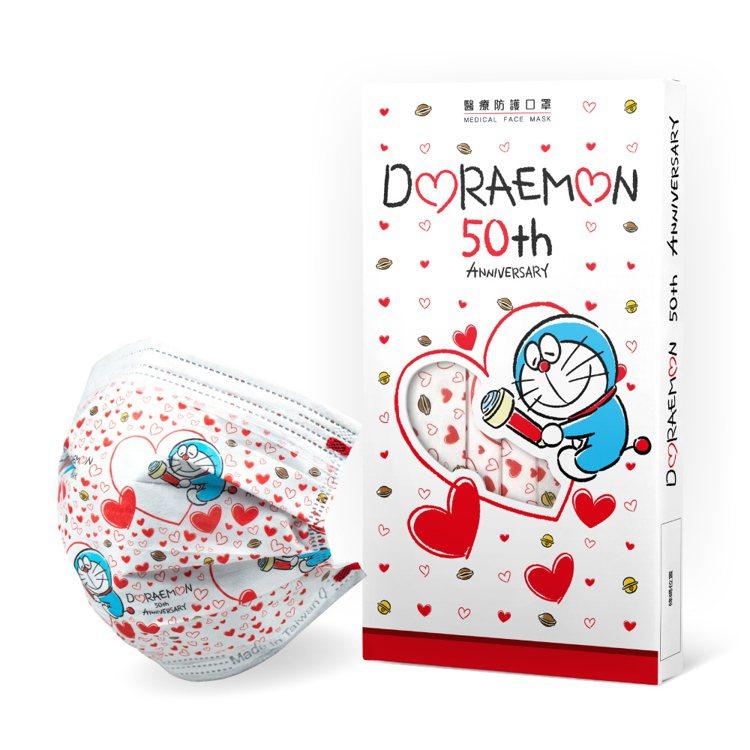 萊爾富超商獨家引進華淨醫材聯名推出的「哆啦A夢50周年紀念款醫療口罩」,圖為愛心...