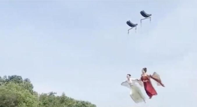 江西南昌銅源峽景區新推「天外飛仙」的旅遊新賣點,遊客被撞得頭破血流。圖源:澎湃新聞