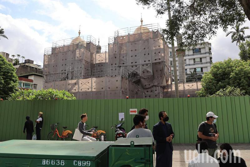 台北清真寺外張貼臨時通知今天暫停主麻,原訂前來主麻的信徒在外無法進入。聯合報系記者林伯東/攝影