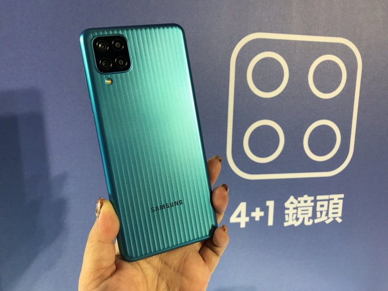 Samsung Galaxy M12外觀採用微粒紋理(Micro Pattern)設計,結合霧面消光金屬視覺效果,簡潔俐落的垂直線條打造時尚吸睛外型。記者陳立儀/攝影