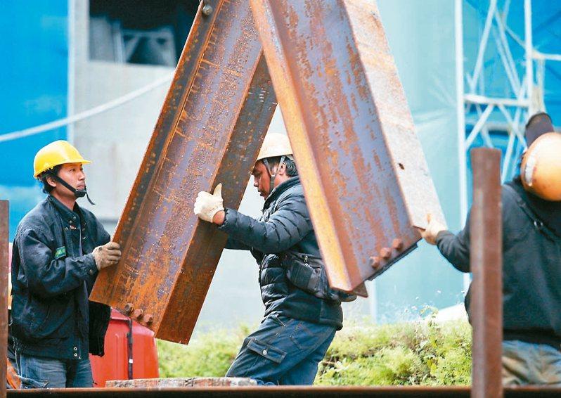五一勞動節前夕,立法院今三讀通過「勞工職業災害保險及保護法」,擴大納保對象、提高給付金額等。 本報資料照片