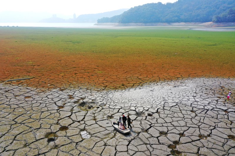 原本波光瀲灩的日月潭,也因為缺水而露出大片青青草原,原先被淹沒的小船露出躺在乾裂的大地上成為民眾聚集拍照的觀光景點。記者許正宏/攝影