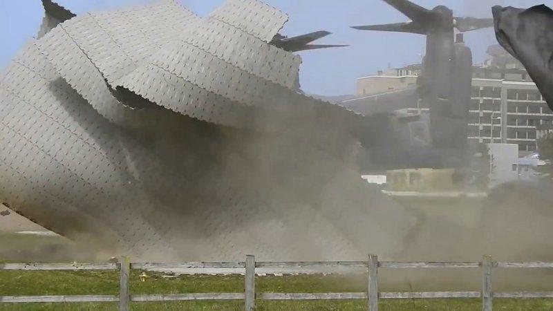 美國空軍一架派駐英國的CV-22B鶚式傾斜旋翼機21日起飛離開劍橋的阿登布魯克醫院時,強大的下洗氣流把一旁的直升機停機坪整個吹跑,導致救護直升機必須先改降鄰近的機場。畫面翻攝:YouTube/Trailspotter