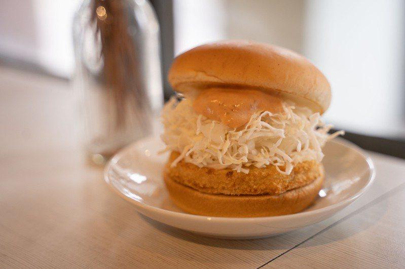 早餐「咕咕雞堡」於4月份清爽回歸。圖/摩斯提供