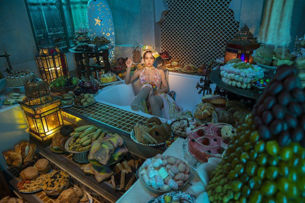 Jolin在摩洛哥奢華風格的飯店中拍攝MV,打趣自己像富豪。圖/凌時差提供