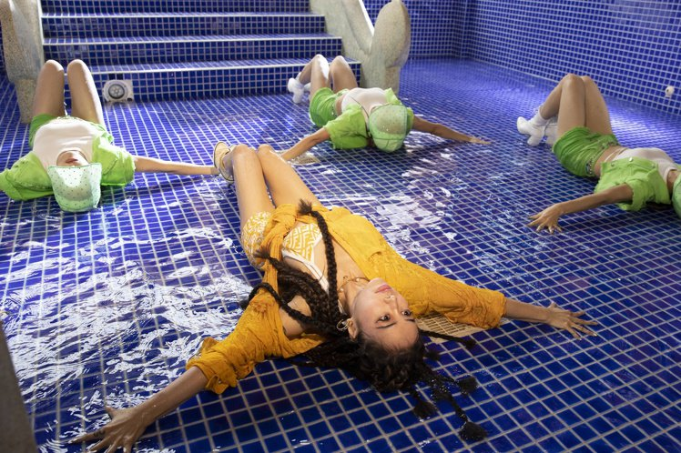 Jolin穿高跟鞋在有水的泳池跳地板動作,以超強舞功成功完成高難度挑戰。圖/凌時...