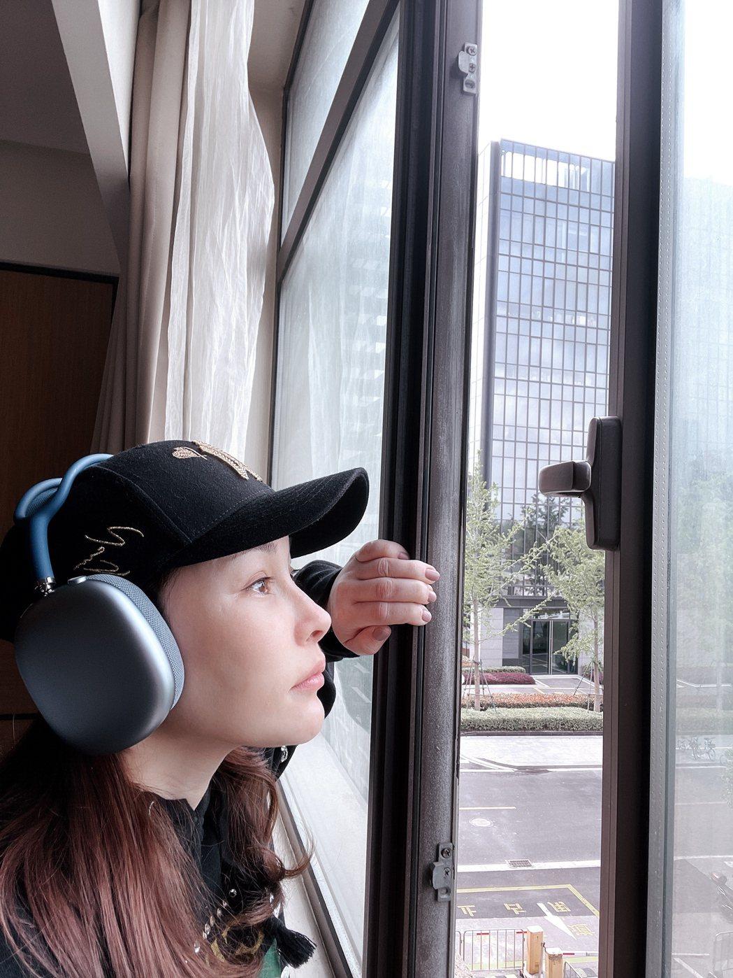 温嵐在上海飯店隔離,每天開小窗看風景是唯一小確幸。圖/嵐圖工作室提供
