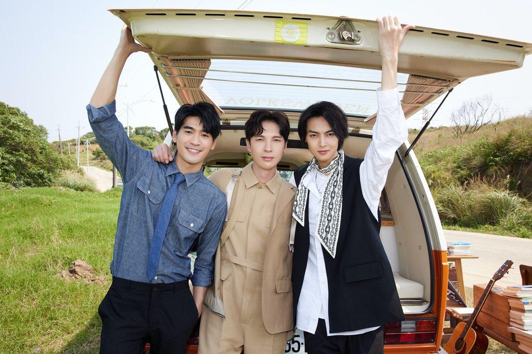 陳勢安(中)在新歌「遺失的靈魂」MV中化身行動書店老闆,成為涂善存(左)與陳立安