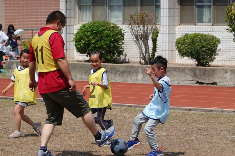 金門縣柏村國小「親子足球賽」活動,相當溫馨,親子同心協力完成比賽,現場歡笑聲不斷。記者蔡家蓁/攝影