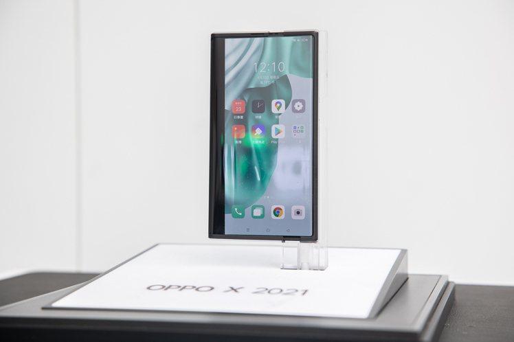 OPPO於「讓愛,鏡在眼前」品牌快閃店首度實體展出卷軸式螢幕概念機。圖/OPPO...