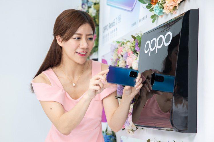 OPPO Reno5 Z「讓愛,鏡在眼前」品牌快閃店打造特製燈箱,讓消費者體驗超...