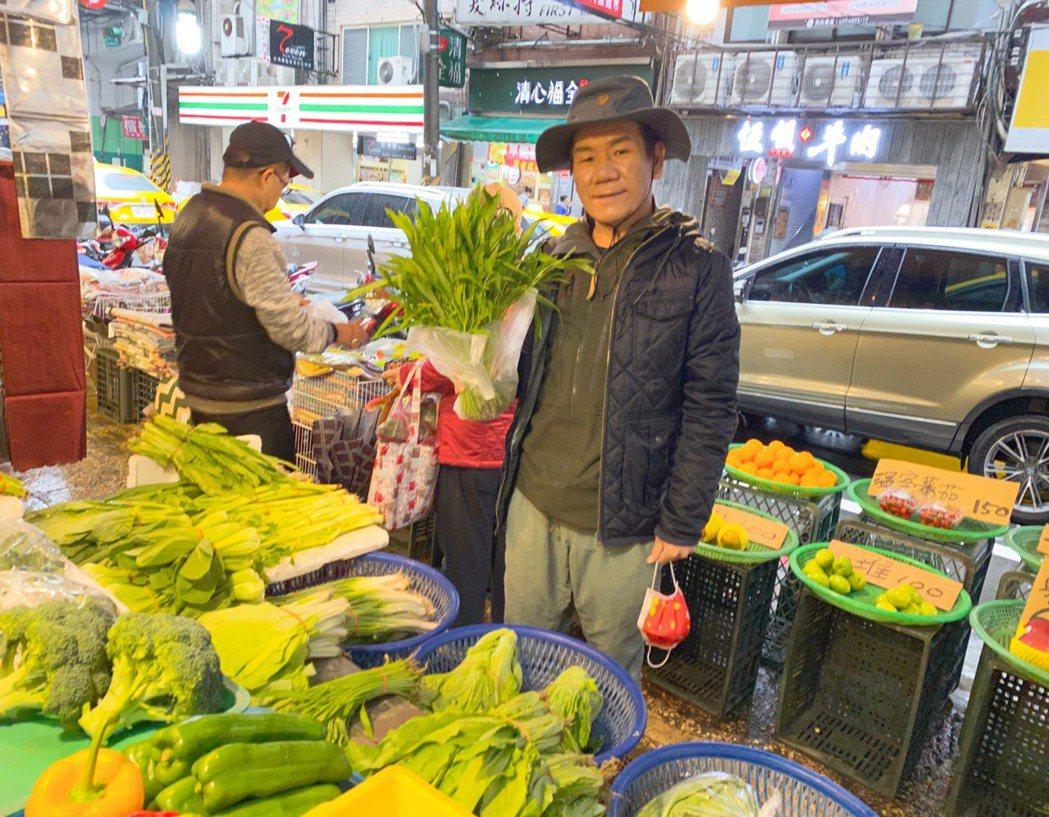 趙傳拍攝空檔跑到菜市場買菜。圖/旋風音樂提供