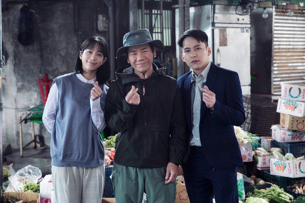 趙傳(中)新歌「回不去了」MV邀來金鐘實力派演員温貞菱(左)和巫建和飾演夫妻。圖...