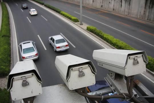 正當的交通違規拍照,卻因管控不當在大陸出現亂象,引發爭議。 圖/摘自新浪網
