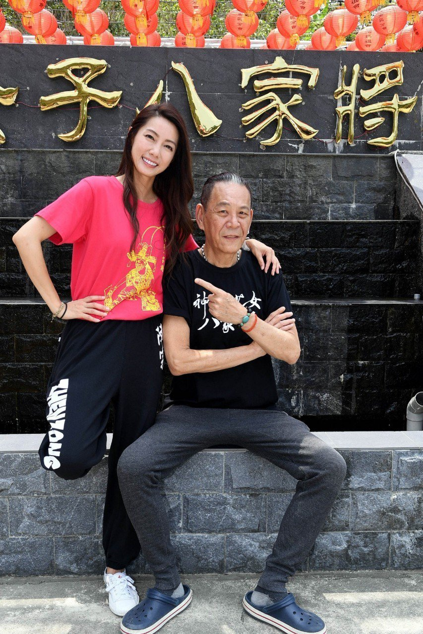龍劭華(右)、林韋君在「神將少女八家將」中飾演父女。圗/華視提供