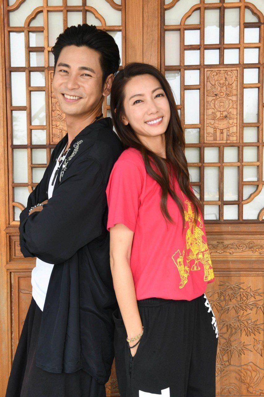 林韋君(右)、楊子儀在「神將少女八家將」中是八家將大師兄與師妹關係。圗/華視提供
