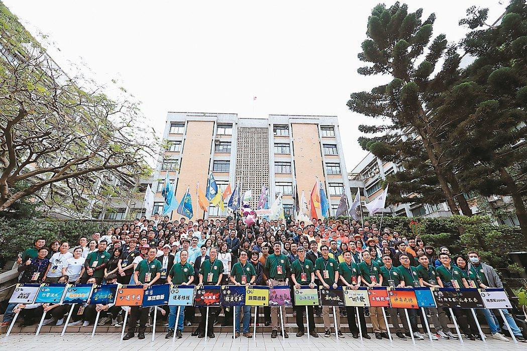 北科大管理學院EMBA舉辦第七屆寰騰滙,境內外逾200學員遠距連線,熱鬧展開。...