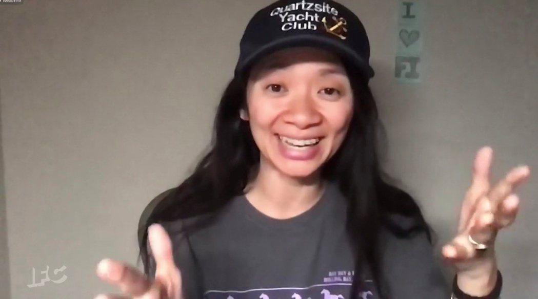趙婷以「游牧人生」獲獨立精神獎最佳導演,在電腦螢幕前難掩喜悅。圖/路透