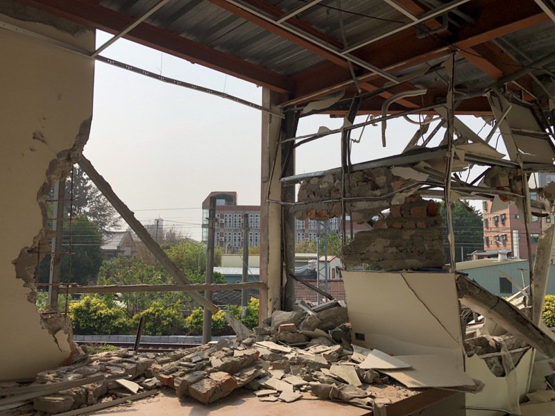 台南鐵路東移案最後一戶半拆迫遷戶黃春香的家遭突襲拆,站在房裡就能看到外頭施工街景。記者何定照/攝影