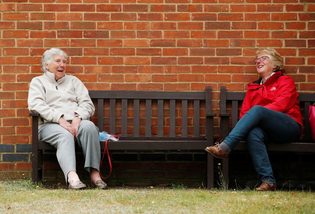 穩穩存出退休金,投信建議採雙啞鈴策略。(路透)