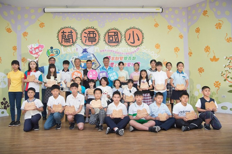 嘉義市長黃敏惠今天到蘭潭國小,頒獎表揚28名閱讀小達人。記者卜敏正/攝影
