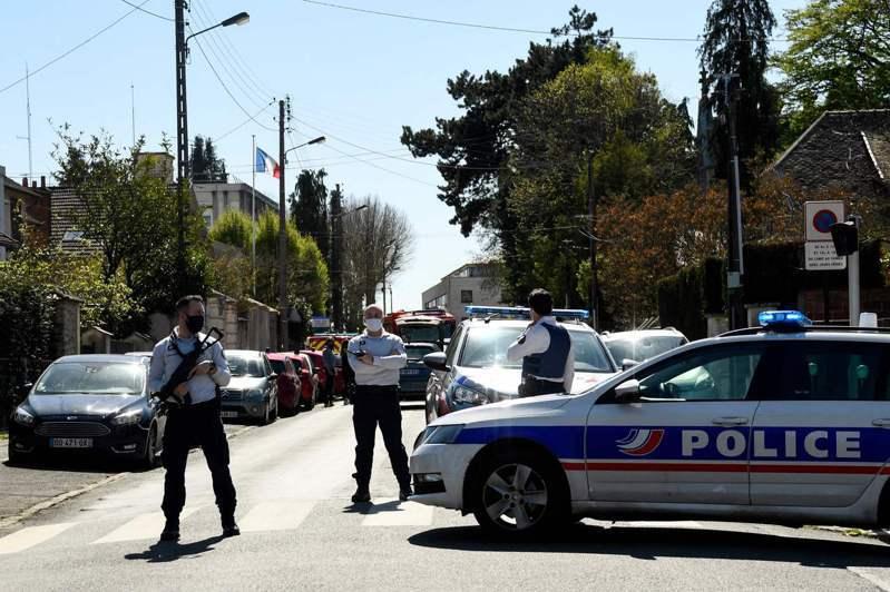 法國巴黎西南方朗布耶警局驚傳割喉案,一名女職員遇害,案發後警方在警局周邊戒備。(法新社)
