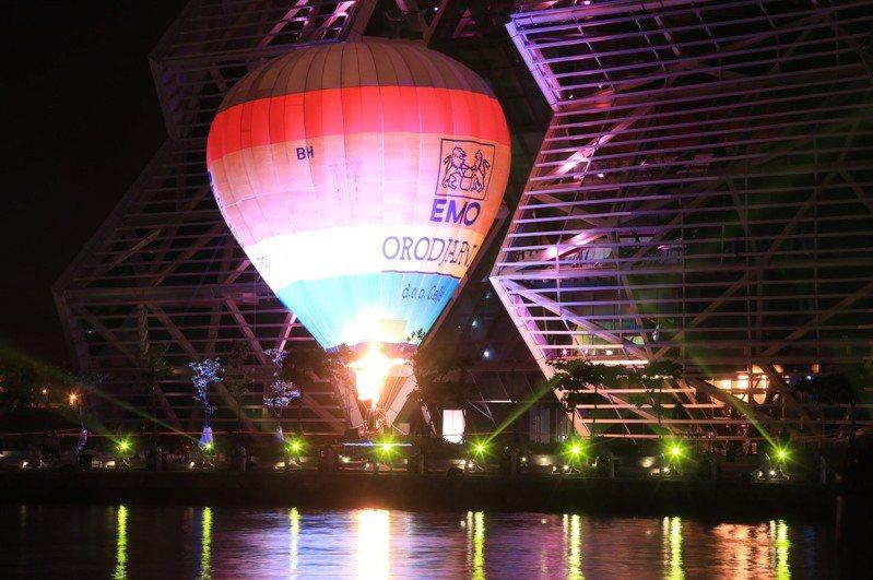 2022台灣燈會將在高雄舉行,高雄市府今晚在愛河灣區試燈,熱氣球映著璀璨燈光升起,也象徵高雄「發光、想飛」的期待。圖/高雄市府提供